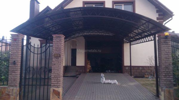 Навес над крыльцом дома в Москве