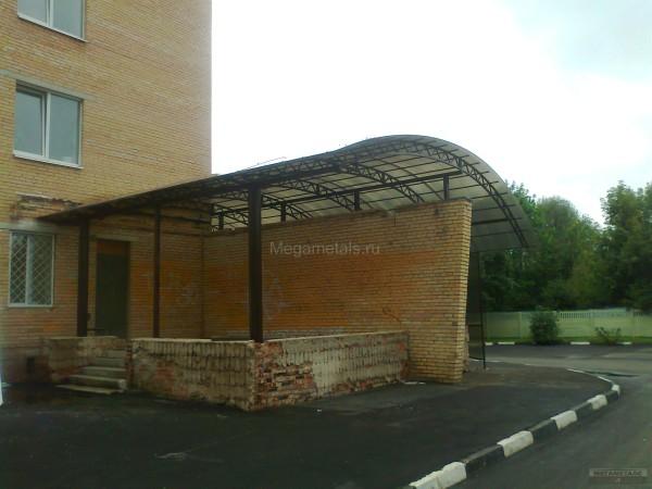 Навес над входом в поликлинику в Химках