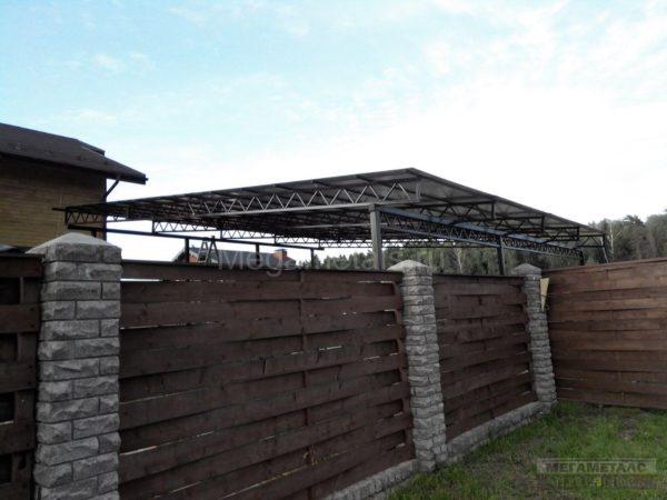 Навес из поликарбоната во дворе частного дома в Одинцово